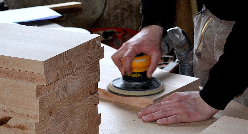 Should I hire a Carpenter or Contractor for my home interiors?
